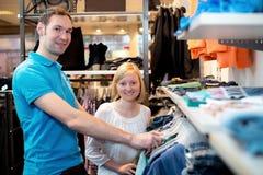 Junge Paare im Kleidungsshop Stockbild