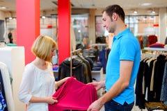 Junge Paare im Kleidungsshop Stockfotografie