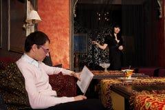 Junge Paare im Luxuxinnenraum Stockfoto