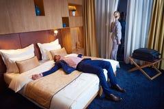 Junge Paare im modernen Hotelzimmer Stockbild