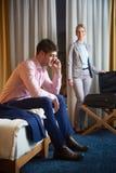 Junge Paare im modernen Hotelzimmer Lizenzfreie Stockfotografie