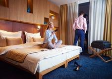 Junge Paare im modernen Hotelzimmer Stockbilder