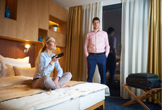 Junge Paare im modernen Hotelzimmer Lizenzfreies Stockbild