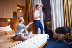 Junge Paare im modernen Hotelzimmer Stockfotos