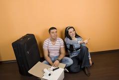 Junge Paare im neuen Haus stockbild