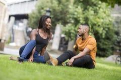 Junge Paare im Park zusammen lizenzfreie stockbilder