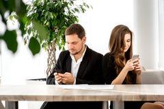 Junge Paare im Restaurant Lizenzfreie Stockbilder