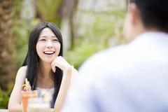 Junge Paare im Restaurant, das Getränk genießt lizenzfreies stockfoto