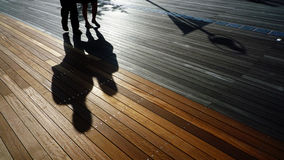 Junge Paare im Schatten Lizenzfreie Stockfotografie