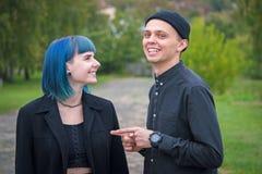 Junge Paare im schwarzen Hemdlachen laut Lizenzfreie Stockbilder