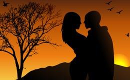Junge Paare im Sonneset Lizenzfreie Stockfotos