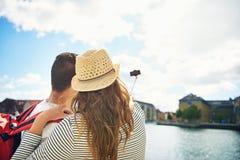 Junge Paare im Urlaub, die ein selfie nehmen Stockbild