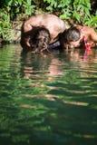Junge Paare im Wasser stockfoto