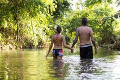 Junge Paare im Wasser stockfotos