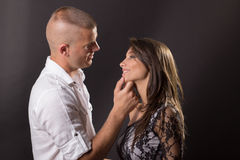 Junge Paare 20 Jahre altes küssendes Jungenmädchenmannfrauenschwarzes backg Stockbilder