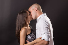 Junge Paare 20 Jahre altes küssendes Jungenmädchenmannfrauenschwarzes backg Stockfoto
