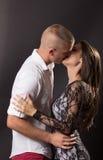 Junge Paare 20 Jahre altes küssendes Jungenmädchenmannfrauenschwarzes backg Lizenzfreie Stockfotografie