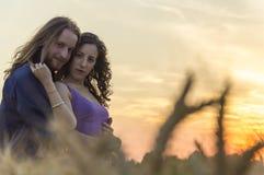 Junge Paare am Kornfeld Stockfotos