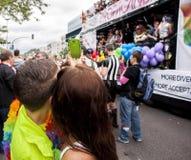 Junge Paare machen selfie während der Parade Stockfotografie