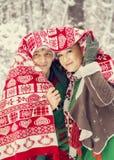 Junge Paare, Mann und Frau, Ehemann und Frau gehen in Kostüme von den Blumen, die von den Elfen von Sankt-` s Helfern typisch sin lizenzfreie stockbilder