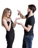 Junge Paare mit Autoschlüsseln Lizenzfreies Stockbild