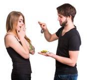 Junge Paare mit Autoschlüsseln und Miniaturautos Lizenzfreie Stockbilder