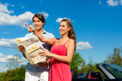 Junge Paare mit Cabriolet im Sommer am Tag lösen aus Stockbilder