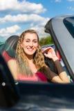 Junge Paare mit Cabriolet im Sommer am Tag lösen aus Stockfotos