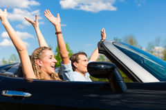 Junge Paare mit Cabriolet am Sommer am Tag lösen aus Lizenzfreie Stockfotografie