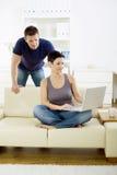 Junge Paare mit Computer Stockbilder