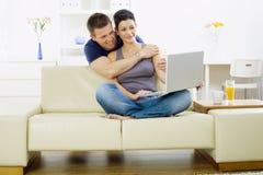 Junge Paare mit Computer Stockfoto