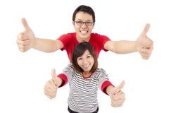 Junge Paare mit dem Daumen oben Lizenzfreies Stockfoto