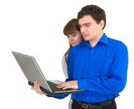 Junge Paare mit dem Laptop Lizenzfreie Stockfotos