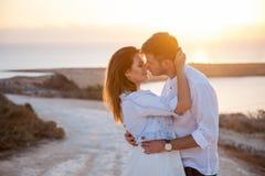 Junge Paare mit der großartigen Ansicht über den Hintergrund lizenzfreie stockfotografie