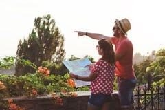 Junge Paare mit der Karte Lizenzfreies Stockfoto