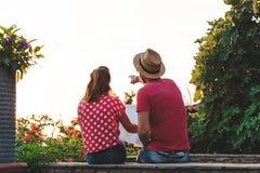 Junge Paare mit der Karte Stockbild