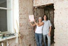 Junge Paare mit Eigentumsbrief Stockfoto
