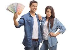 Junge Paare mit einem Farbmuster Stockbild