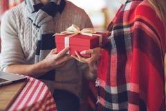 Junge Paare mit einem Geschenk Stockfotografie