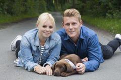 Junge Paare mit einem Labrador-Welpen Lizenzfreies Stockbild