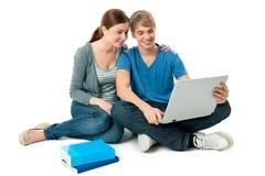 Junge Paare mit einem Laptop lizenzfreies stockbild