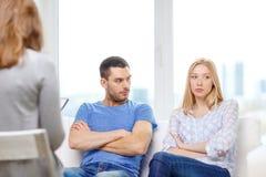 Junge Paare mit einem Problem im Psychologebüro Lizenzfreies Stockfoto