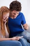 Junge Paare mit einem Schwangerschaftstest Lizenzfreies Stockbild