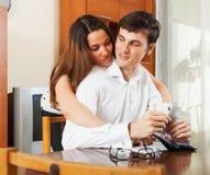 Junge Paare mit Geld und Finanzdokumenten Stockbilder