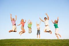 Junge Paare mit Großeltern und Kindern Lizenzfreie Stockfotos