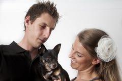 Junge Paare mit Hund Stockfotografie
