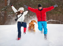 Junge Paare mit Hundespaß Stockfotos