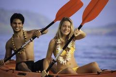 Junge Paare mit ihrem Kajak Stockfoto