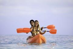 Junge Paare mit ihrem Kajak Lizenzfreie Stockfotografie