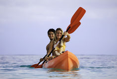 Junge Paare mit ihrem Kajak Stockfotos